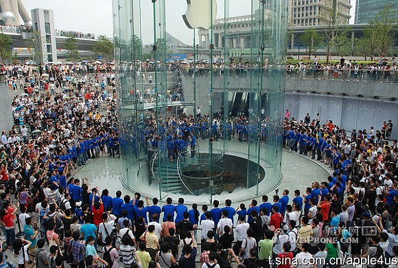 Shanghai-China-Apple-Store-Pudong-opening-July-10-2010